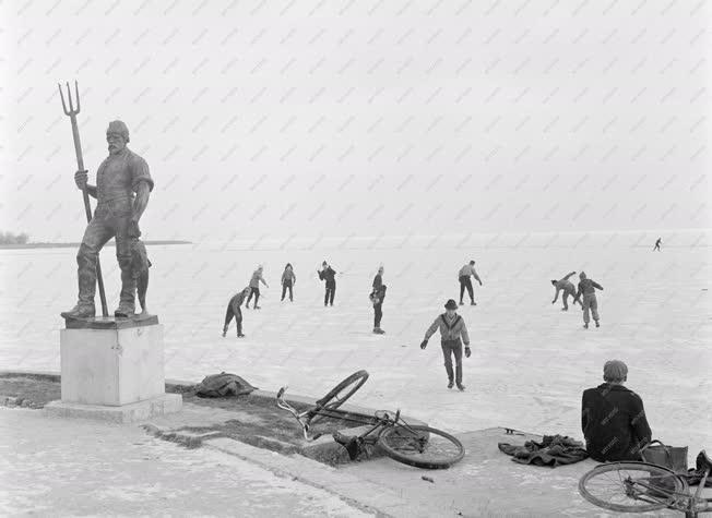 Életkép - Balaton - Korcsolyázók - Tél