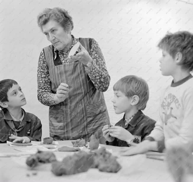 Oktatás - A keramikus szakkör foglalkozásán
