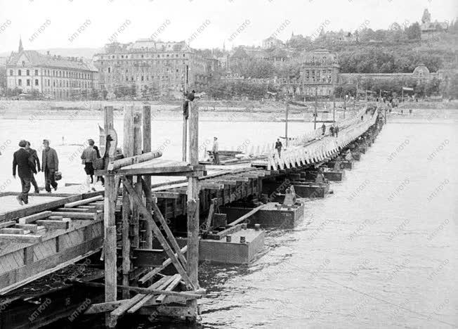 Városkép - Gyalogosok a Manci hídon