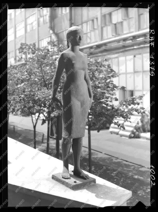 Művészet - Kalló Viktor: Munkáslány című szobra