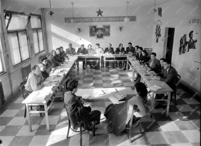 Oktatás - Belpolitika - Modern pártiskola