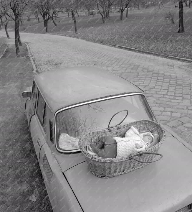 Közlekedés - Mózeskosár az autó tetején?