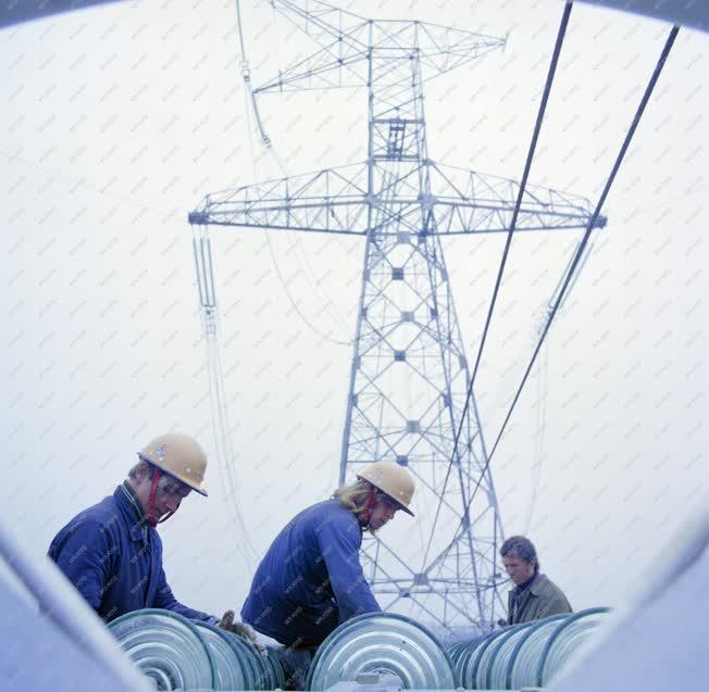 Ipar - Energia - Távvezetéképítés - Épül a 750 kilovoltos távvezeték