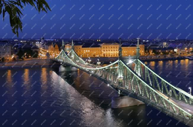 Városkép - Budapest - A Szabadság híd esti kivilágításban