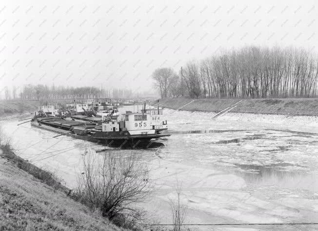 Közlekedés - Uszályok a jeges Sugovicán