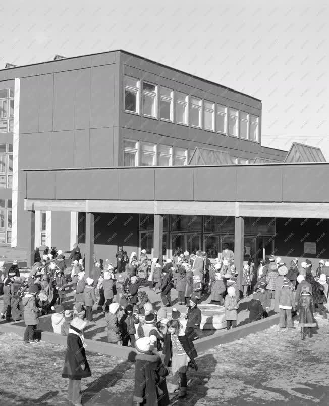 Oktatás - Gyerekek a kék iskola udvarán Dunaújvárosban