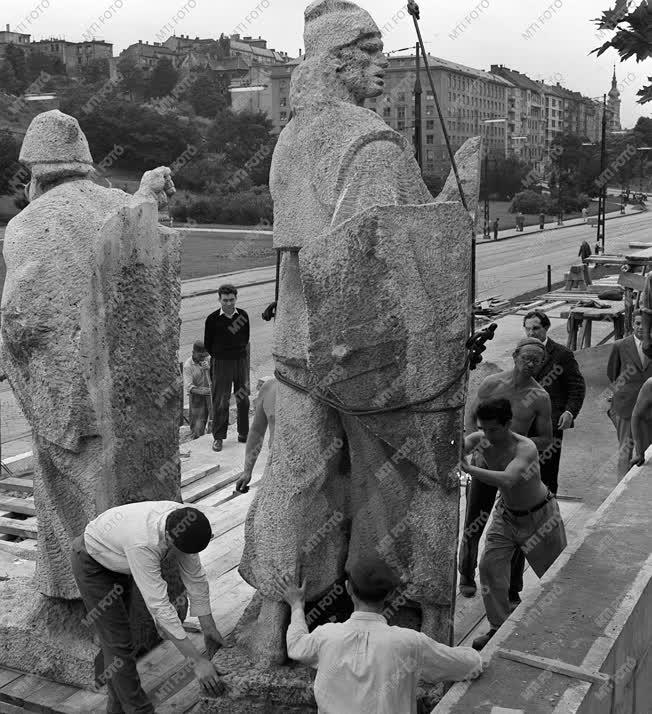 A szerző válogatása - Készül a Dózsa szoborcsoport