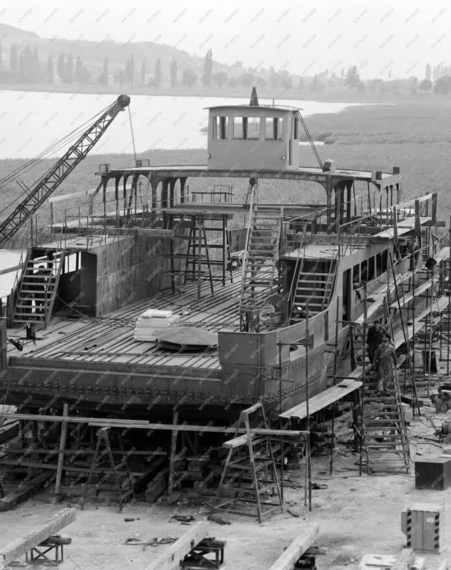 Ipar - Hajógyártás - Épül a Komp IV.