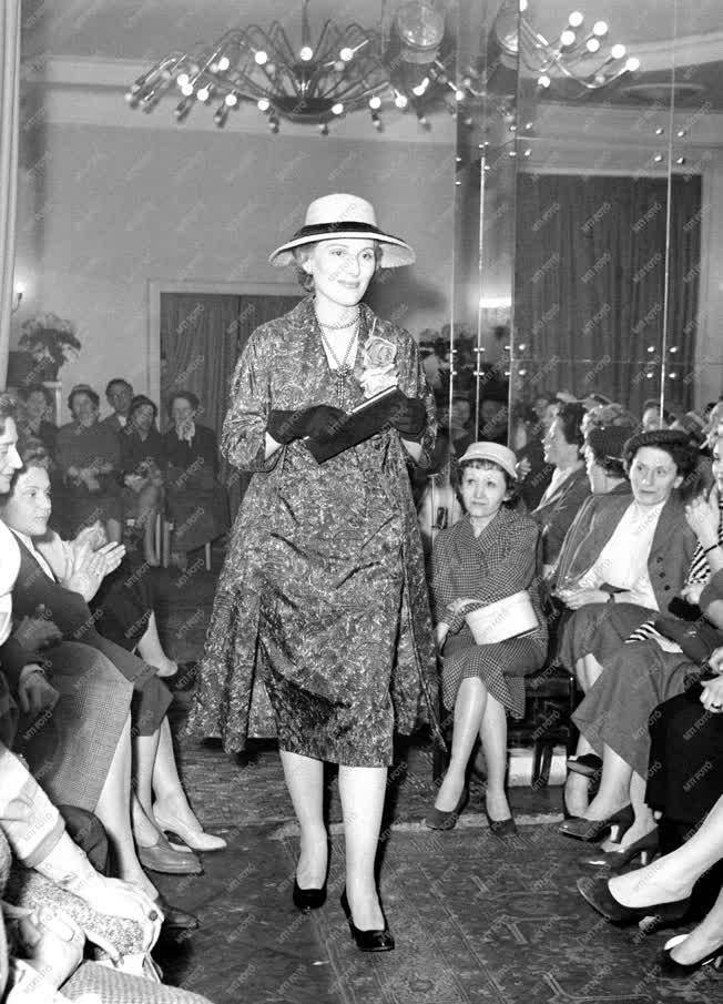 Divat - A Különlegességi Ruhaszalon nyári divatbemutatója