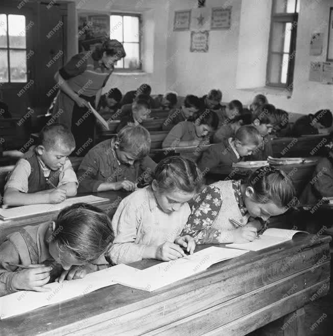 Oktatás - Tanóra a falu iskolájában