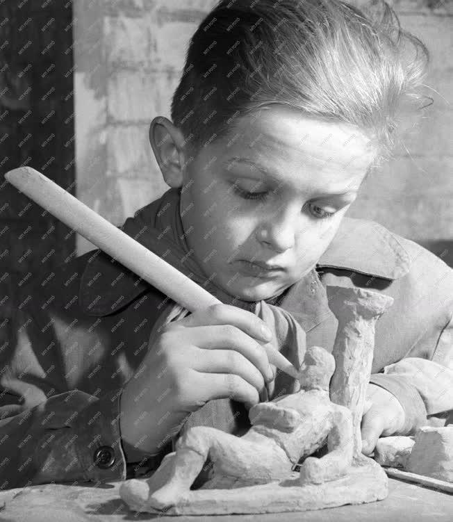 Művészeti oktatás - Kerámia szakkör - Úttörőmozgalom