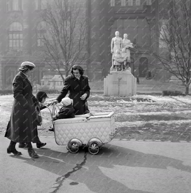 Városkép-életkép - Sétálók a Szabadság téren