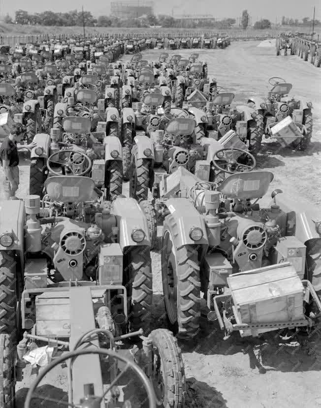 Mezőgazdaság - RS-09 típusú traktorok a termelőszövetkezeteknek