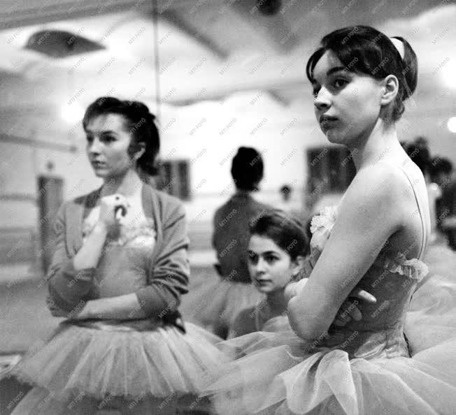 Oktatás - Vizsga az Állami Balettintézetben