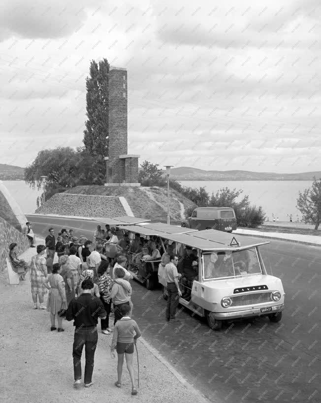 Közlekedés - A mikrobusz közlekedik Tihany és Balatonfüred között