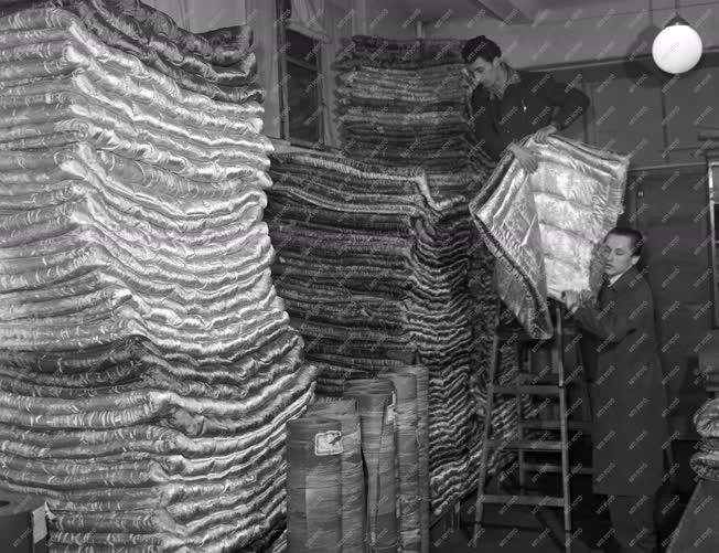 Kereskedelem - Újévi árufeltöltés a Corvin Áruházban