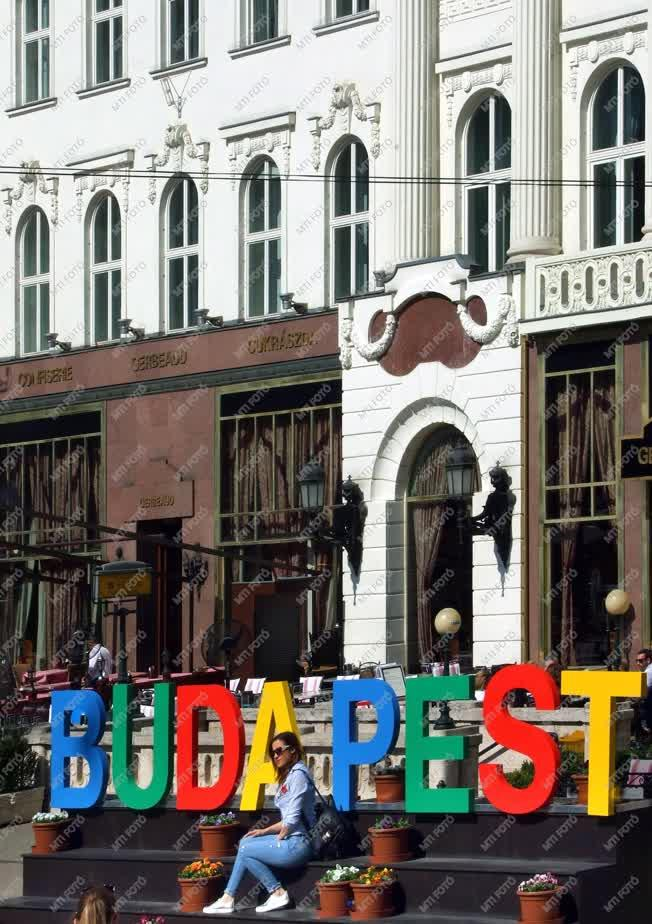 Turizmus - Budapest - Külföldi turista a belvárosban