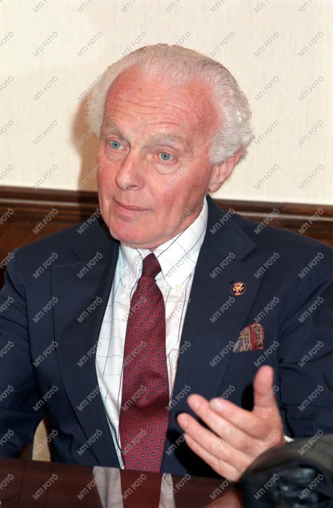 Tom Lantos magyar származású közgazdász