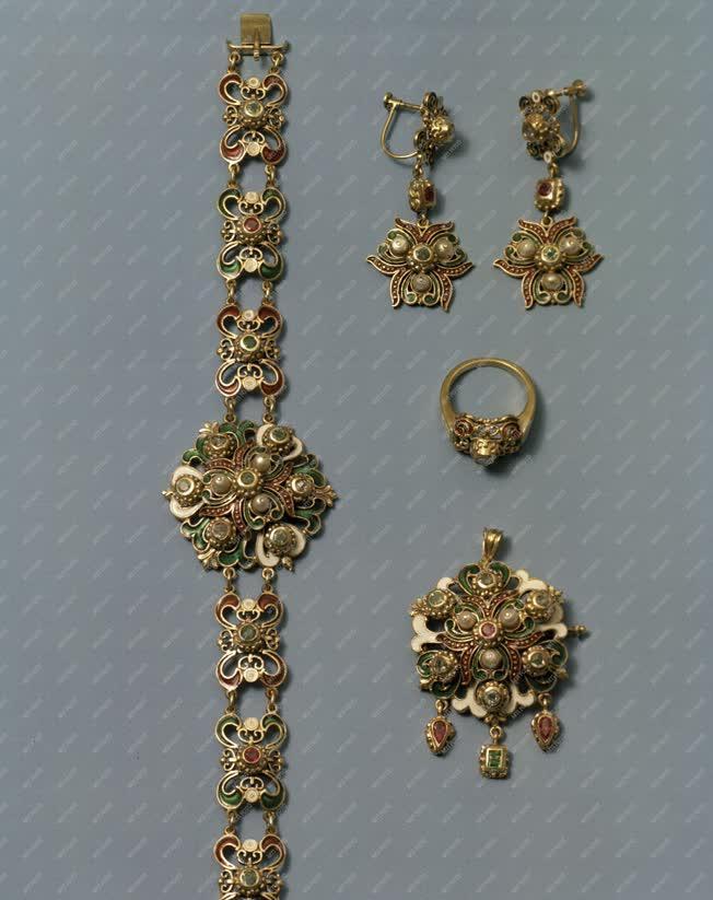 Divat - Aranyékszerek