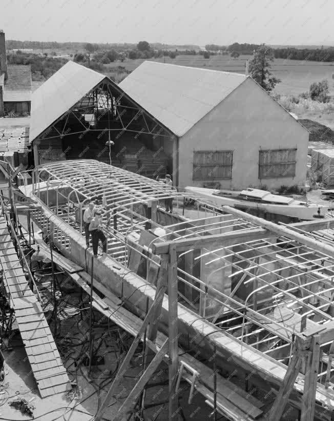 Ipar - Járműipar - Vízibusz készül a váci hajógyárban