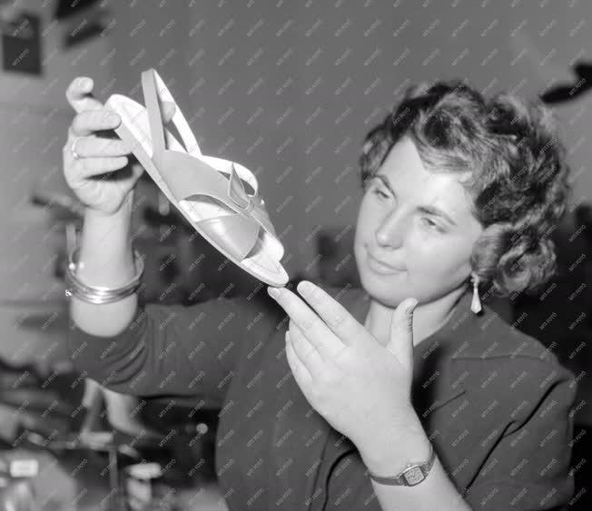 Divat - Kiállítás - Az 1959 év cipődivatja
