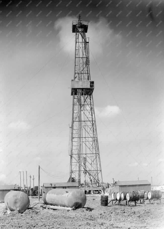 Energia - A Kőolajipari Tröszt fúrótornya