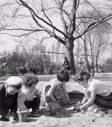 Szabadidő - Gyerekek a játszótéren