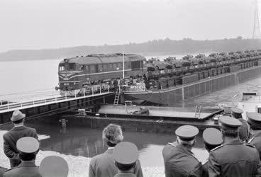 Belpolitika - Hadsereg - Vasúti uszályhíd
