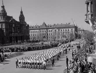 Történelem - Ünnep - Május 1-jei felvonulás Győrött