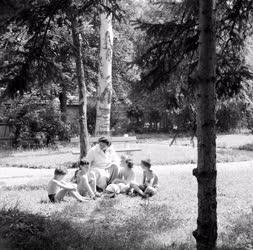 Életkép - Üdülő gyerekek nevelőjükkel a parkban