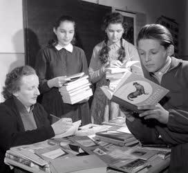 Kultúra - Szervezet - Könyvárusítással segítik a falu kultúráját a toponári úttörők