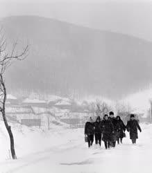 Életkép - Tél a Pilisben - Munkába indulnak az emberek