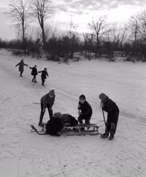 Szórakozás - Szabadidő - Befagyott Duna jegén játszó gyerekek
