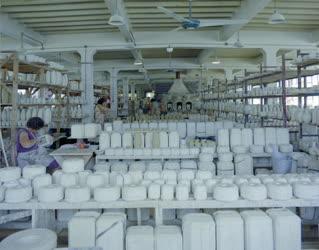 Ipar - A tófeji kerámiagyárban