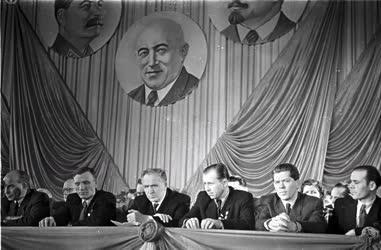 Belpolitika - Sztahanovisták tanácskozása