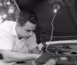 Technika - Mágnestalpas autószerelő lámpa