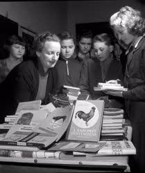 Kultúra - Könyvet árulnak falujukban a toponári úttörők