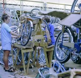 Ipar - Készülnek a kerékpárok a Csepel Művekben