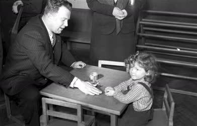Külkapcsolat - Szovjet küldöttség a gyermekotthonban