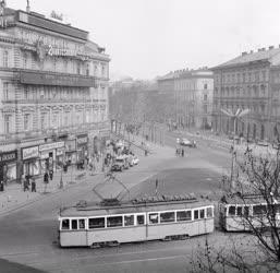 Városkép - Közlekedés - Forgalom a November 7. téren