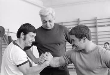 Sport - Súlyemelők az edzőteremben