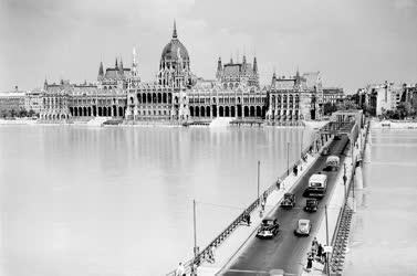 Városkép - A Kossuth híd a Dunán