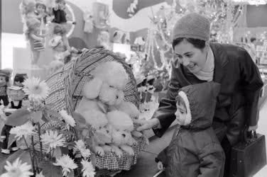 Életkép - Kereskedelem - Karácsonyi játékkiállítás