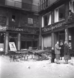 Ötvenhat emléke - Betört kirakatok az Astoriánál