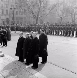 Külpolitika - Szovjet diplomáciai küldöttség koszorúzása