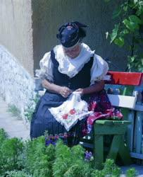 Kultúra - Keszkenőt hímez egy kazári asszony