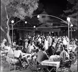 Vendéglátás - Szórakozás - Egy Balaton-parti mulatóhelyen