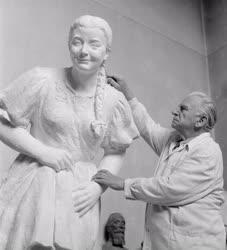 Szobrászat - Kisfaludi Strobl Zsigmond szobrászművész