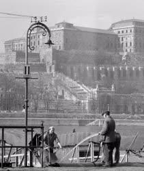 Városkép - Budapest - Hajótakarítás a Duna-parton
