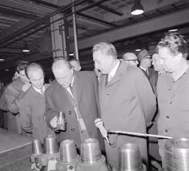 Belpolitika - Kádár János gyárlátogatáson